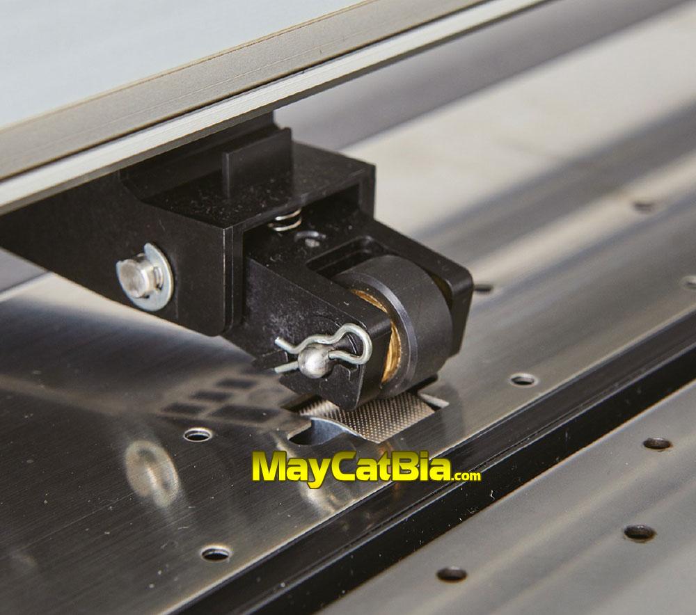 Cần gạt 3 nấc cực khỏe và trục nhám chuyên dụng giúp giữ decal tốt, cắt dài chuẩn